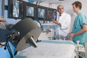 Im Medical Valley Spitzencluster-Projekt des BMBF ãBildgebung und externes Magnetfeld fŸr die lokale Tumortherapie mit magnetischen NanopartikelnÒ wird das Zielgebiet angiographisch in 3D dargestellt. Dies ist notwendig, um den richtigen arteriellen Zugang zum Tumor zu finden und das Magnetfeld optimal zu positionieren, damit die Nanopartikel effizient angereichert werden kšnnen. Unter der Leitung von Prof. Dr. med. Christoph Alexiou arbeitet die Sektion fŸr Experimentelle Onkologie und Nanomedizin (SEON) der HNO-Klinik des UK-Erlangen mit dem Zentralinstitut fŸr Medizintechnik der FAU-Erlangen zusammen, um die bestehende Technik des ãMagnetischen Drug TargetingsÒ von der prŠklinischen Phase effizient in die Klinik zu transferieren. Foto: Kurt Fuchs / ZIMT Foto bei Kurt Fuchs / © copyright by Kurt Fuchs, Tel. 09131-777740 Am Wei chselgar ten 23, 91058 Erl angen www.fuchs-foto.de